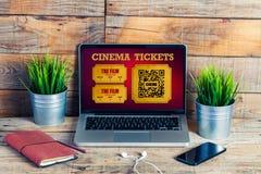 Achat en ligne de billets de cinéma dans un écran d'ordinateur portable, au bureau images stock