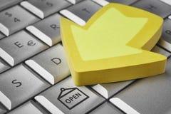 Achat en ligne Ouvrez le symbole sur un ordinateur de clavier Availabilit Image stock