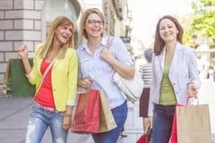 Achat femelle de achat d'amis extérieur Image stock