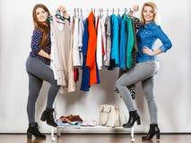 Achat heureux de vêtements de femmes Photographie stock libre de droits