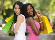 Achat multi-ethnique heureux d'amis Images libres de droits