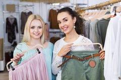 Achat positif de jeunes femmes Image stock