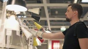 Achat pour des appareils dans le supermarché banque de vidéos