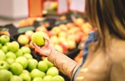 Achat pour le fruit et la nourriture saine dans le supermarché photographie stock libre de droits