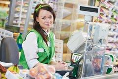 Achat. Travailleur de Cashdesk dans le supermarché photos stock