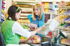 Achat. Vérifiez dans le magasin de supermarché Photos libres de droits