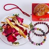 Achatarmband mit Trockenblumen Stockfoto