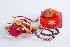 Achatarmband mit Trockenblumen Stockbild