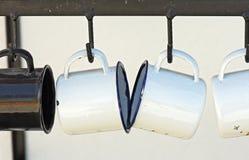 Achatbecher, die am Küchenregal hängen Lizenzfreies Stockfoto
