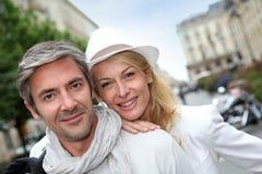 Achats à la mode heureux de couples en ville Images libres de droits