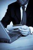 Achats aînés d'homme d'affaires en ligne Photographie stock libre de droits
