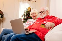 Achats aînés de couples en ligne Photographie stock