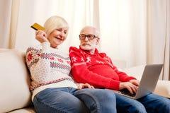 Achats aînés de couples en ligne Photos stock
