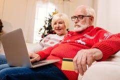 Achats aînés de couples en ligne Images stock