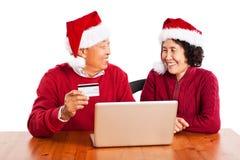 Achats asiatiques aînés de couples en ligne Photo stock