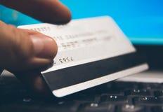 Achats avec la main de carte de crédit sur le plan rapproché d'ordinateur Images libres de droits
