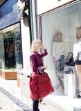 Achats blonds de femme. Photographie stock