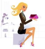 Achats blonds heureux de femme dans le mail Image libre de droits