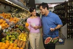 Achats d'épicerie de couples. Photographie stock libre de droits