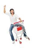 Achats d'homme avec le chariot de panier de supermarché Image libre de droits