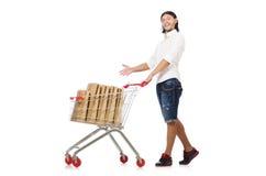 Achats d'homme avec le chariot de panier de supermarché d'isolement Images libres de droits
