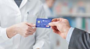 Achats d'homme avec une carte de crédit Image libre de droits