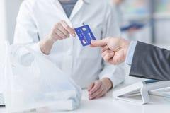 Achats d'homme avec une carte de crédit Photos libres de droits