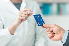 Achats d'homme avec une carte de crédit Images libres de droits