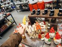 Achats d'homme dans Noël traditionnel de supermarché allemand Photographie stock libre de droits