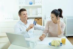 achats d'Internet de couples Image stock