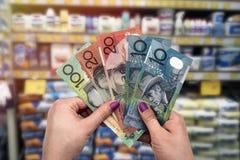 Achats dans le département de matériaux de construction, mains avec le dollar australien photographie stock