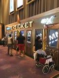 Achats de billet d'E au cinéma à Bangkok photo stock
