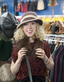 Achats de chapeau de fille Photos libres de droits