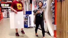 Achats de couples à l'intérieur de magasin de Home Depot clips vidéos