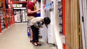 Achats de couples à l'intérieur de magasin de Home Depot banque de vidéos