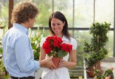 Achats de couples à la jardinerie Image stock