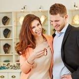 Achats de couples au bijoutier Photo libre de droits