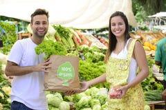 Achats de couples au marché en plein air ouvert. Image stock