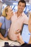 Achats de couples dans la mémoire Photographie stock libre de droits