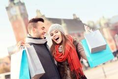 Achats de couples dans la ville Image libre de droits