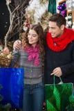 Achats de couples dans le magasin de Noël Images stock