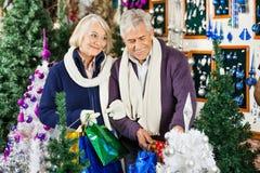Achats de couples dans le magasin de Noël Photos libres de droits