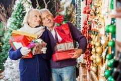 Achats de couples dans le magasin de Noël Photos stock