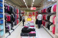Achats de couples dans le supermarché image stock