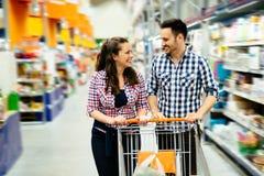 Achats de couples dans le supermarché photos libres de droits