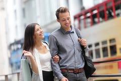 Achats de couples de Hong Kong au central Image stock