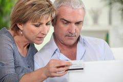 Achats de couples en ligne image stock