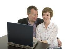 Achats de couples en ligne Images stock