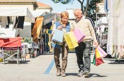 Achats de couples et amusement supérieurs de avoir ensemble au marché aux puces Image libre de droits