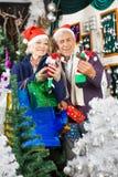 Achats de couples pour des décorations de Noël Photographie stock